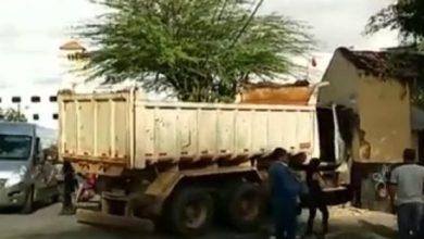 Caminhão desgovernado arrasta veículos e invade mercadinho em Campina Grande 19