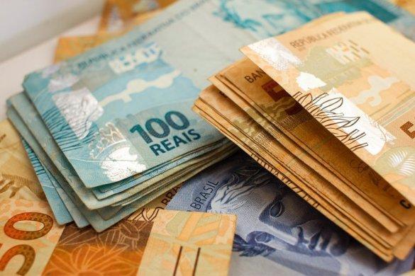 dinheiro-585x390 Cofres Cheios: Municípios da PB devem receber R$78 milhões nesta segunda-feira