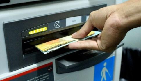 DINHEIRO-CAIXA Servidores do Estado recebem salários de novembro nos dias 27 e 30