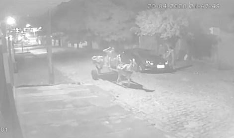 carroça-burro Vídeo mostra bandidos em carroça de burro roubando carro em Campina Grande