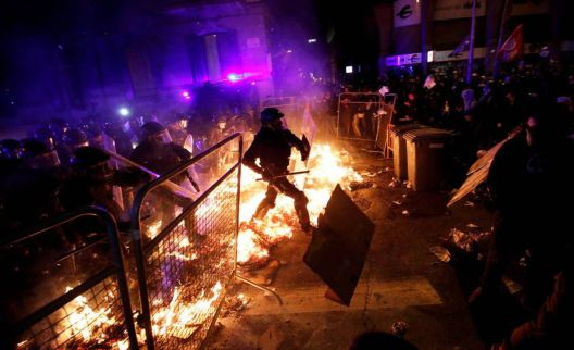 TERROR Noite de caos, confrontos e fogo em Barcelona