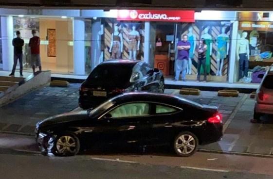 CARRO.JJPG_ VÍDEO: Blogueira socialite atropela policiais, foge e é presa após perder o controle do veículo e bater contra mureta