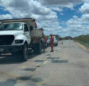rodovia-PB-264 DER realiza manutenção da PB-264 que liga São Sebastião do Umbuzeiro a Monteiro