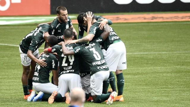 Palmeirenses Palmeiras vence Ceará com três gols em cinco minutos