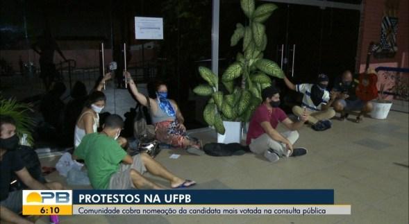 whatsapp-image-2020-11-06-at-06.49.10 Alunos da UFPB se acorrentam na porta da reitoria em protesto contra nomeação de reitor