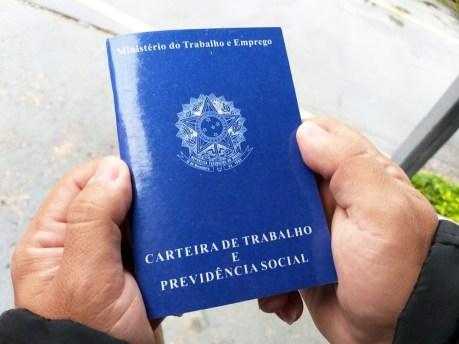 carteira-trabalho Sine de Monteiro oferece oportunidades de emprego