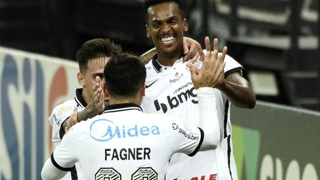rib1405 Corinthians goleia o Fluminense e encosta na briga por vaga na Libertadores