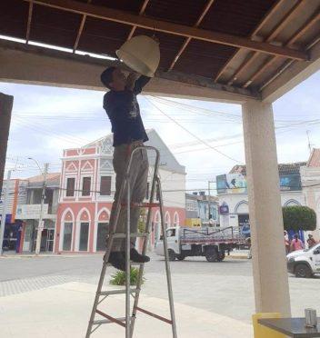 servico-zona-urbana4-e1612364423561 Secretaria de Infraestrutura realiza reposição de lâmpadas e reparos elétricos em logradouros e na feira agroecológica
