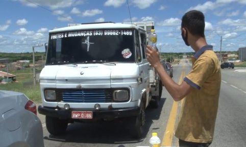 IMG_20210324_134629-e1616606075222 Jovem vende água no meio da BR-412, em Sumé para sustentar família.