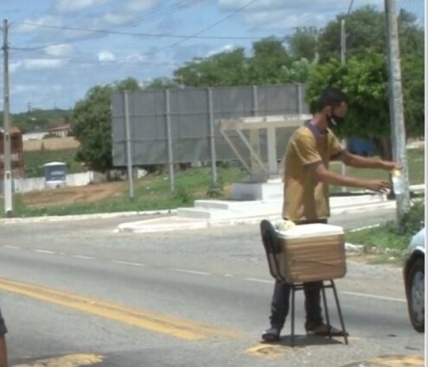IMG_20210324_140004-e1616605868648 Jovem vende água no meio da BR-412, em Sumé para sustentar família.