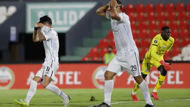 2021-04-09t230815z-701069063-hp1eh491s9ofp-rtrmadp-3-soccer-libertadores-idl-gre-report Grêmio sai à frente, mas fica com um a menos e toma virada do Del Valle