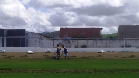 Feitosao2 Obras do Feitosão seguem avançando e gramado recebe cuidados de especialista