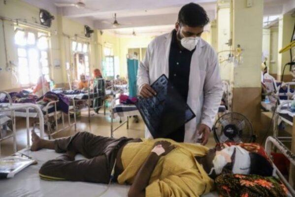 """26aed16551380557c68e3f558bb7dfecd1a71e9c-e1622563585924-599x400 Mais de 30 mil casos de """"fungo negro"""" foram registrados na Índia"""