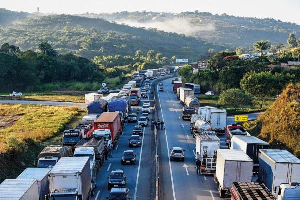 Greve-dos-caminhoneiros-nao-esta-causando-congestionamentos-em-transito-brasileiro-600x400 Greve indeterminada dos caminhoneiros, a partir de 25 de julho, contra o aumento nos preços dos combustíveis praticados pela Petrobras