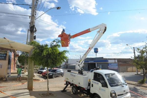 Reposicao-de-lampadas-de-vapor-de-sodio-pelas-lampadas-de-LED-em-Monteiro-6-602x400 Prefeitura de Monteiro firma nova parceria com a Energisa e município ganha novas lâmpadas de LED