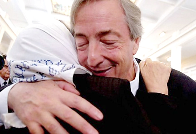 El ex presidente Néstor Kirchner abraza a Hebe Bonafini - Foto: Presidencia