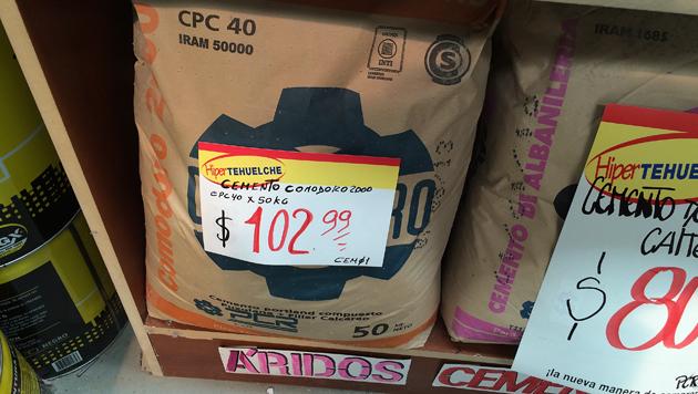 La bolsa de cemento Comodoro a $ 102,99 en el Hipertehuelche - Foto: OPI Santa Cruz/Francisco Muñoz