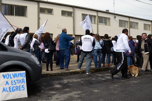 Ayer los docentes en las puertas del Colegio Salesiano - Foto: OPI Santa Cruz/Francisco Muñoz