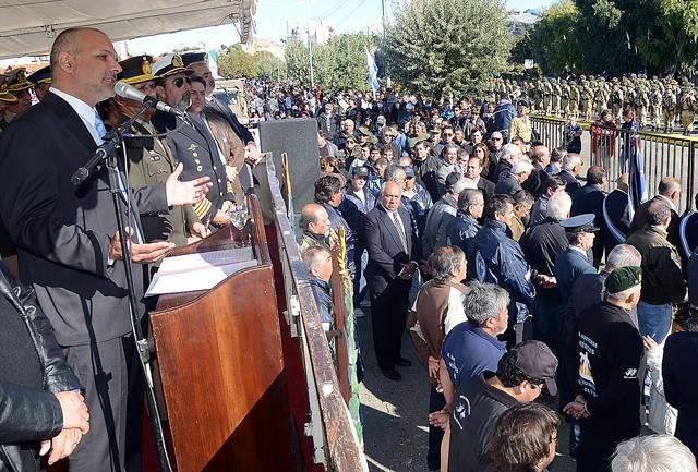 El Gobernador de Chubut Martín Buzzi ayer en el acto por el 2 de abril - Foto: Prensa Gobierno de Chubut