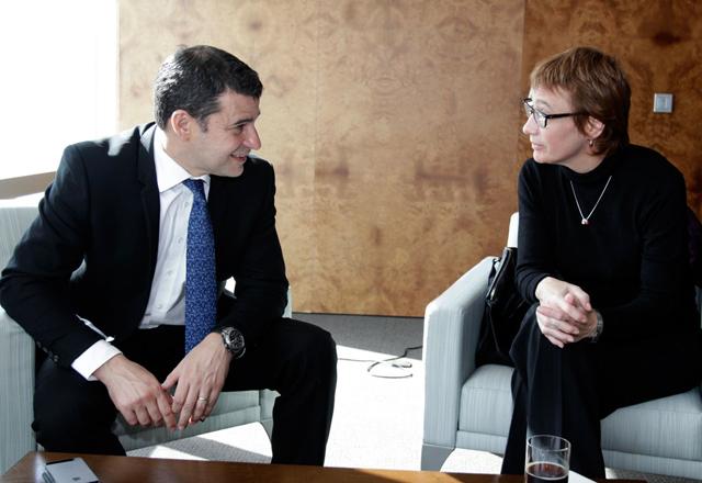 Gallucio se reunió con la gobernadora Fabiana Ríos para explicarle las inversiones con YSUR - Foto: Prensa YPF