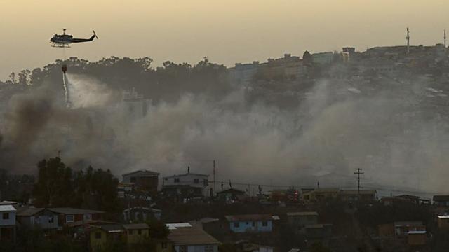 Se reaviva el fuego en Valparaíso y elevan las alertas - Foto: