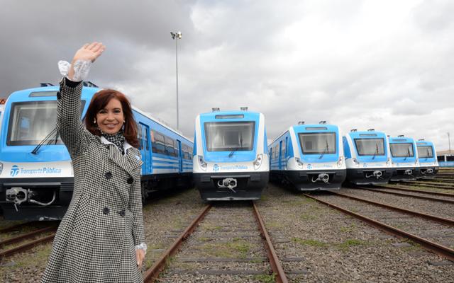 La Presidenta ayer recorre las nuevas formaciones del Ferrocarril Sarmiento, en el puerto de Buenos Aires - Foto: Presidencia