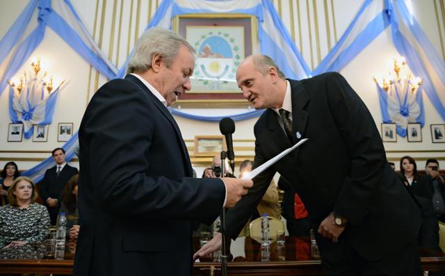 El Gobernador le toma juramente al nuevo Ministro de Economía Edgardo Valfré - Foto: OPI Santa Cruz/Francisco Muñoz