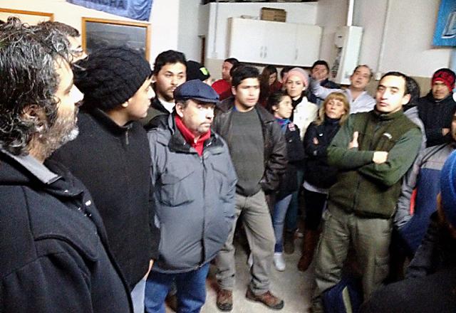 Autoconvcados Metalúrgicos de TDF se manifiestan contra los despidos mientras la UOM sigue negando su existencia - Foto: 24horas.com.ar