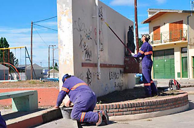 """El personal municipal realizando tareas en la plazoleta """"El Gaucho"""" -"""