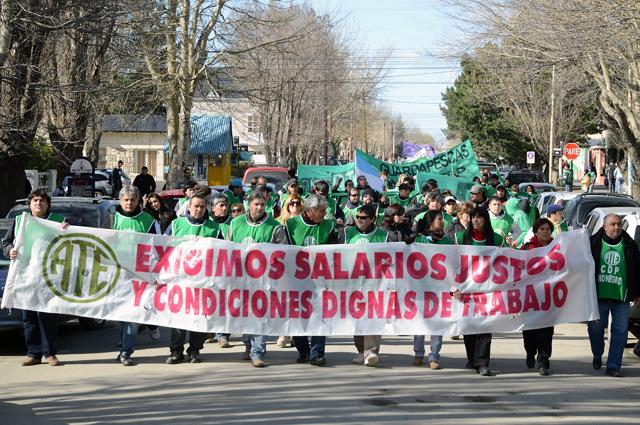 """ATE marchó en el segundo día de paro y Garzón afirmó """"Si no hay aumento, hay paro"""" - Foto: OPI Santa Cruz/Francisco Muñoz"""
