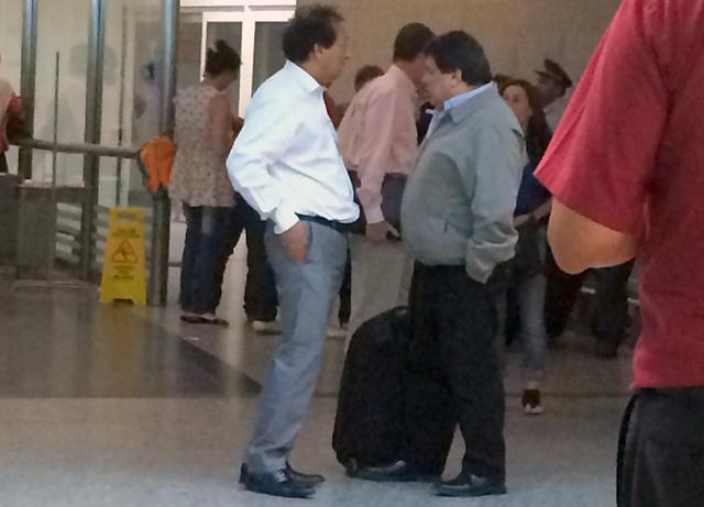 Rudy Ulloa (campera gris) en Aeroparque en Capital Federal - Foto: OPI Santa Cruz