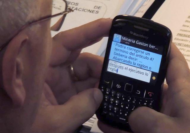 Ayer El diputado provincial de la localidad de Trelew Gustavo Muñiz del Frente Para la Victoria recibía un mensaje a su SmartPhone - Foto: