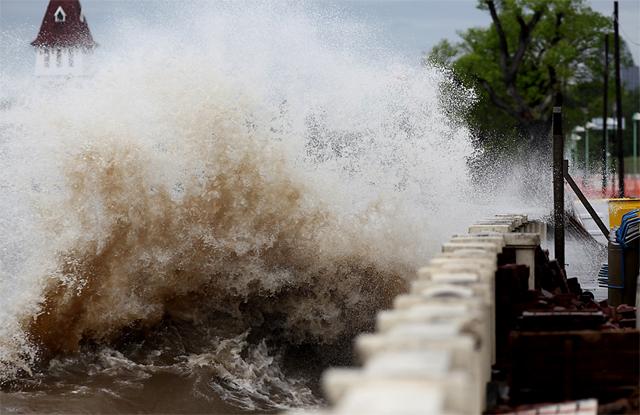 La sudestada dejó 1000 evacuados y sigue la alerta por fuertes ráfagas de viento