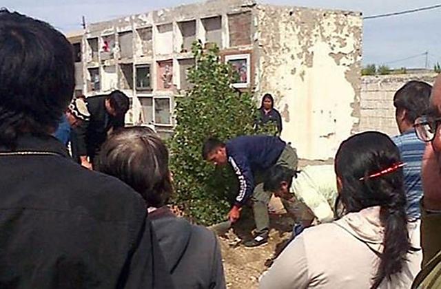 Por falta de personal municipal, familiares de fallecidos, debieron cavar su propia tumba en el cementerio de Las Heras - Foto: gentileza El ciudadano de Las Heras