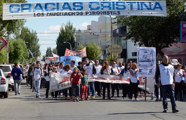 Los docentes de Adosac marcharon por las calles de Río Gallegos en la primera jornada de paro – Foto: OPI Santa Cruz/Francisco Muñoz