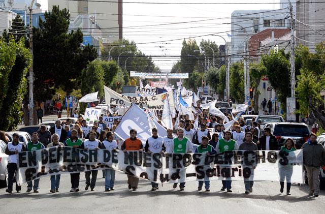 Los gremios de Adosac, Ate, Aprosa, Judiciales y los nucleados en CGT marcharon por las calles de la ciudad – Foto: OPI Santa Cruz/Francisco Muñoz
