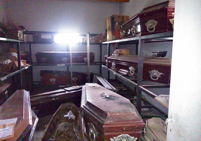Alrededor del mausoleo de Kirchner, el cementerio es un caos de mugre, ataúdes abiertos, cenizas tiradas y resto de cadáveres a la vista