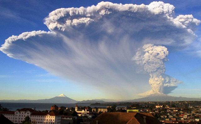 Bariloche cerró el aeropuerto y suspendió las clases por la erupción del volcán Calbuco