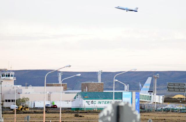 El T10 despegando con destino a Capital Federal, en el aeropuerto se puede observar el T01 - Foto: OPI Santa Cruz/Francisco Muñoz