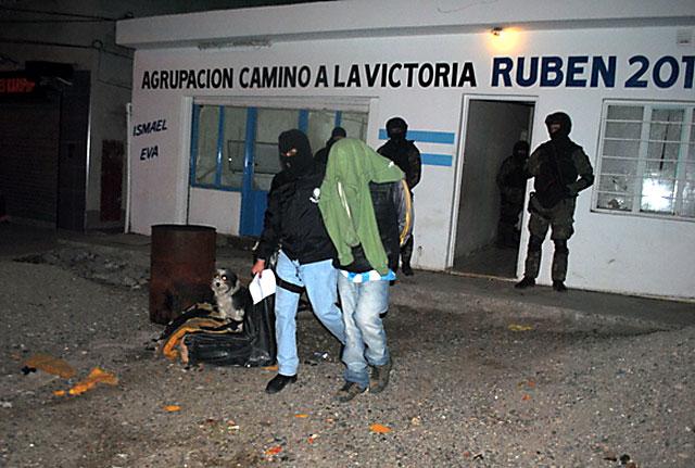 Mientras el diputado Contreras de fotografiaba con Máximo en el acto de anoche, allanaban su UB en busca de drogas - Foto: Gentileza Voces y Apuntes