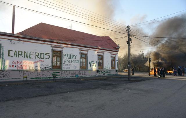Empleados municipales reclaman frente al palacio municipal luego de mas de 130 días de paro – Foto: OPI Santa Cruz/Francisco Muñoz