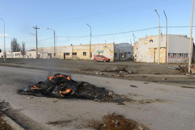 El día después de las PASO: municipales queman cubiertas y Gendarmería vigila