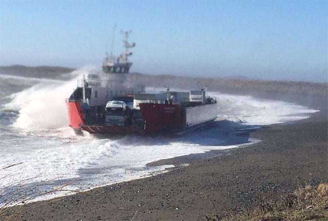 Temporal de viento y falla mecánica dejó varado al Ferry con pasajeros y vehículos
