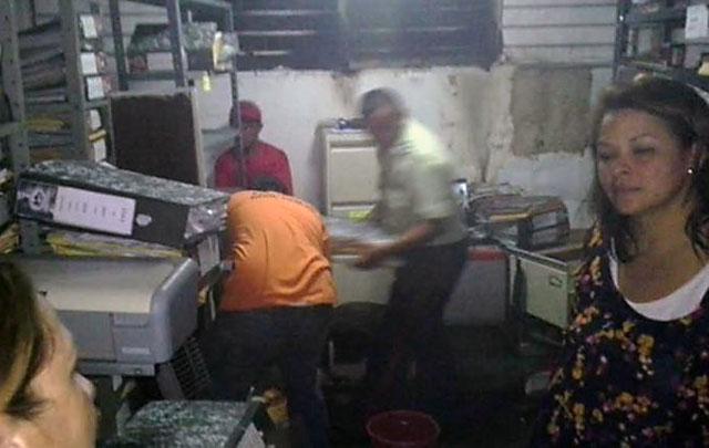 Escasez en Venezuela: quemaron una alcaldía y saquearon camiones de comida