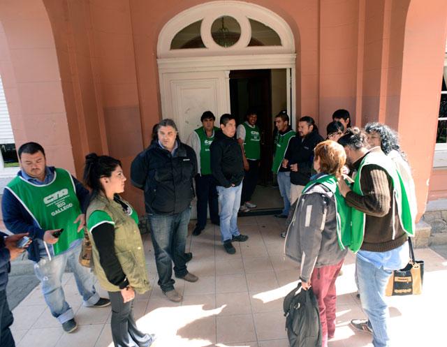 ATE acaba de tomar la Casa de Gobierno de Santa Cruz