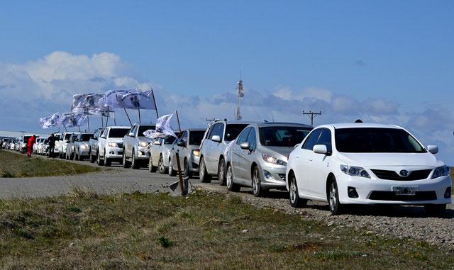 Caravana de autos en TDF para pedir el cruce por aguas argentinas