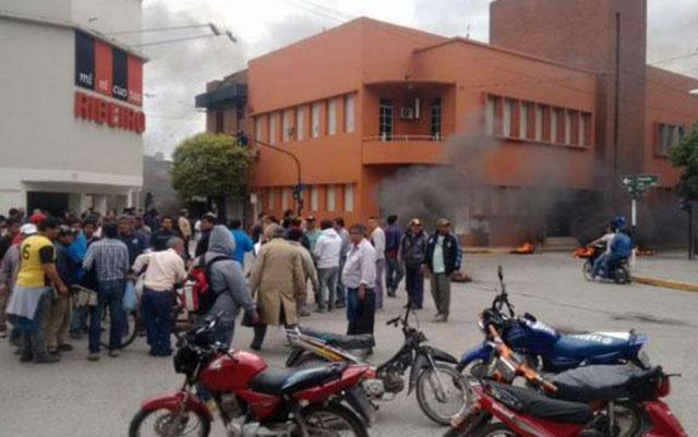 Los cesanteados tucumanos presionaron y seguirán como empleados estatales