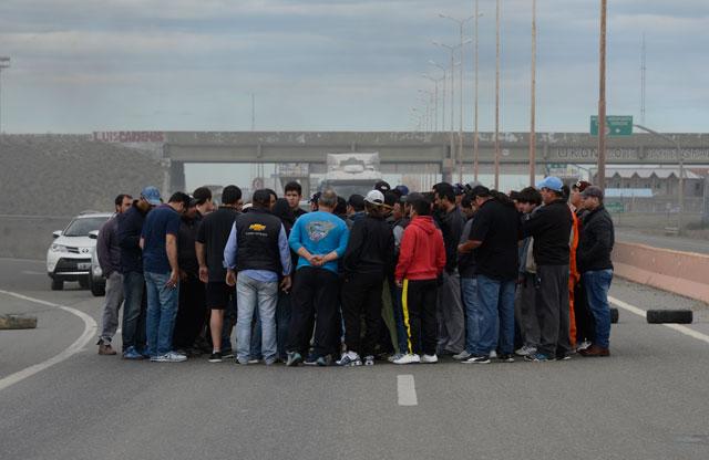 Empleados de Austral Construcciones y Kank y Costilla cortan la Ruta Nacional Nº3, frente al acceso a la empresa – Foto: OPI Santa Cruz/Francisco Muñoz