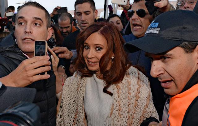 Partió CFK desde El Calafate entre cánticos de apoyo de La Cámpora y golpes a los periodistas
