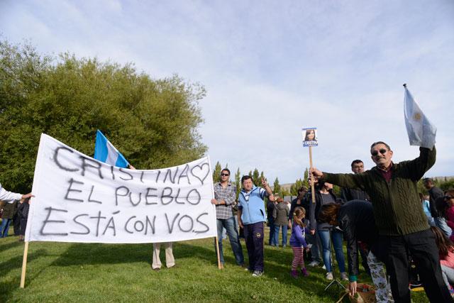 Militantes de La Campora y simpatizantes, esperan a Cristina frente a su residencia en El Calafate